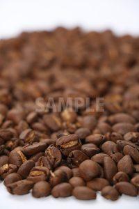 下部・手前にピンのあるコーヒー豆の写真