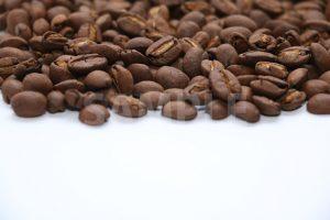 下に余白を設けたコーヒー豆の写真