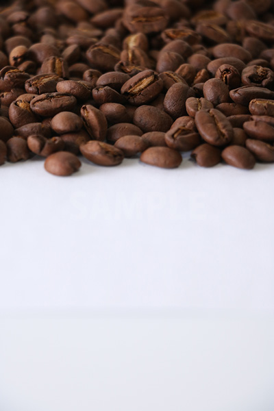 下に余白を設けたコーヒー豆の写真(縦)