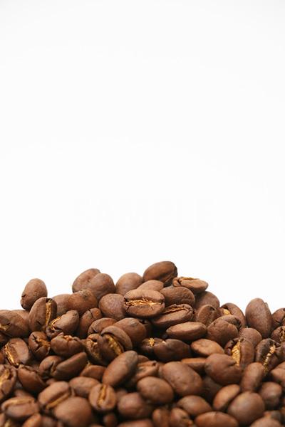 積まれたコーヒー豆の写真(縦)
