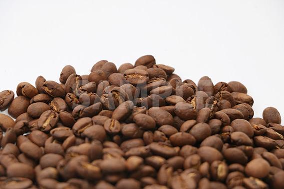 積まれたコーヒー豆の写真(横)