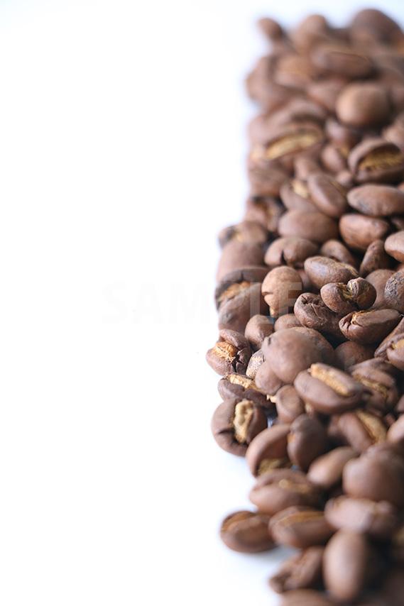 横半分に積まれたコーヒー豆の写真(明るめ)