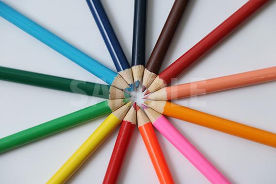 色鉛筆が放射状に並ぶ写真