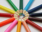 斜め上から見た放射状に並ぶ色鉛筆の写真