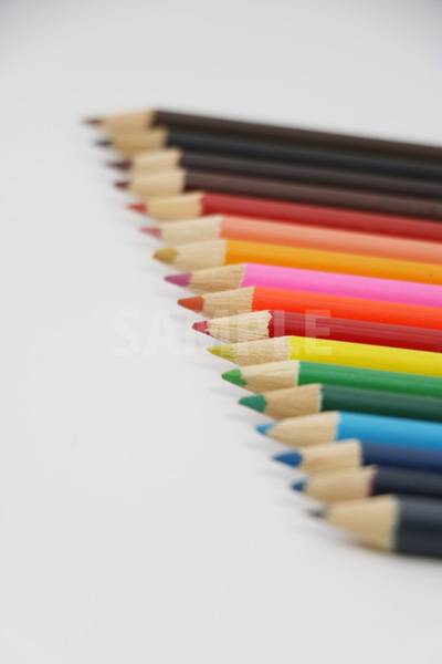 斜めに整列する色鉛筆の写真
