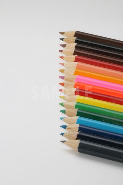 縦に整列する色鉛筆の写真(全体にピン)