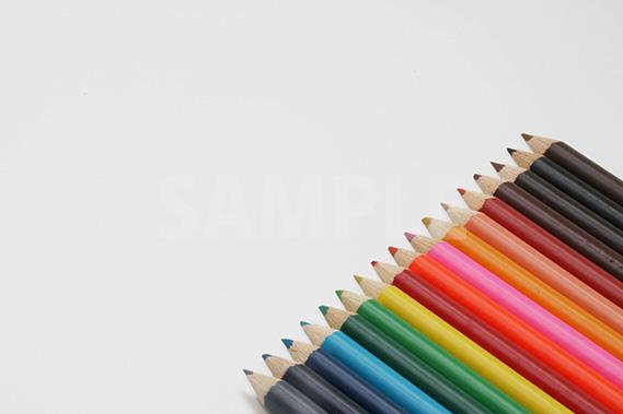 斜めに整列する色鉛筆の写真・フォト
