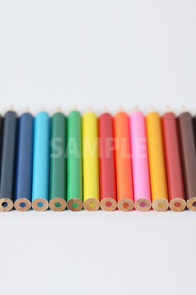 後ろにピンがあったキレイに整列する色鉛筆の写真