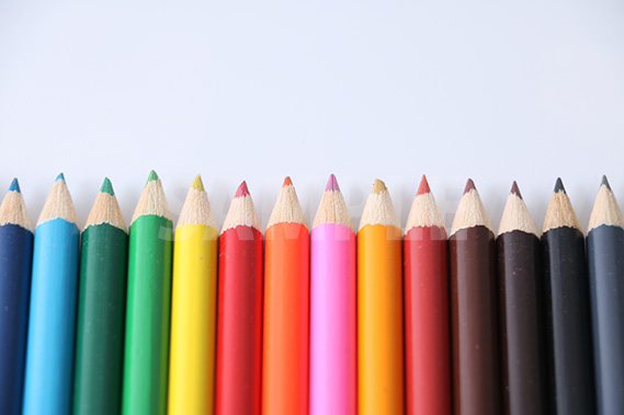 横に整列する色鉛筆の写真