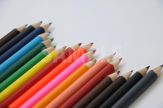 斜めにランダムに並ぶ色鉛筆の写真