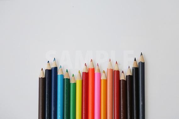 棒グラフのようにランダムに並ぶ色鉛筆の写真