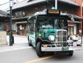 川越を巡回するレトロなバスの写真