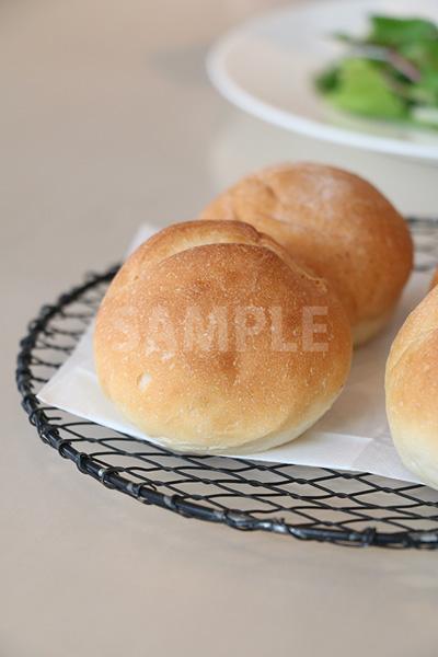 網皿に置かれた丸いパンの写真(縦)