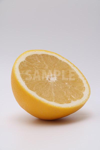 右斜めを向くカットグレープフルーツの写真