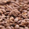 中央にピンのある明るめのコーヒー豆の写真(横)
