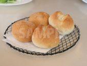 網皿に置かれた丸いパンの写真