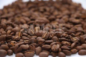 手前目にピンのあるコーヒー豆の写真