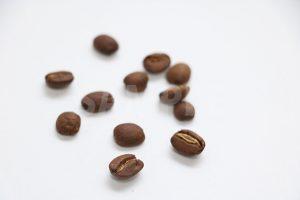 コーヒー豆が無造作に散らばる写真