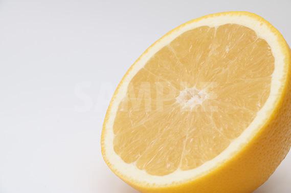 斜めのグレープフルーツの断面写真