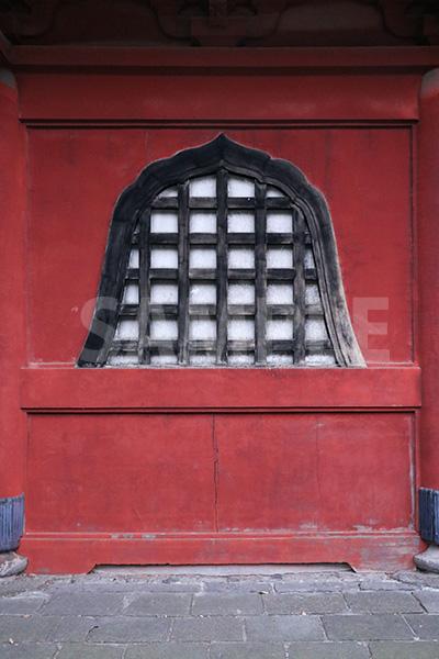 和風装飾の入った赤い塀の写真・フォト素材