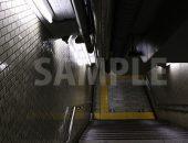 地下鉄へ続く薄暗い階段の写真・フォト素材