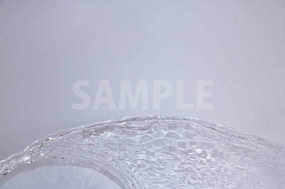 水が流れ飛ぶ写真・フォト