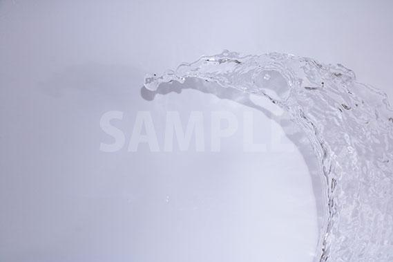 弧を描いて水が飛び散る写真・フォト