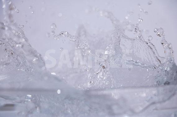 水がぶつかって跳ねる写真・フォト
