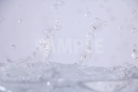 水面に水がぶつかる写真・フォト