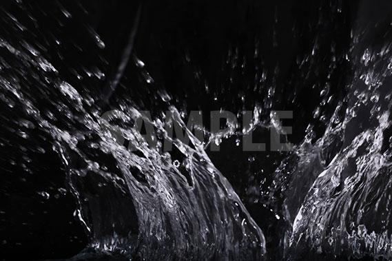 黒背景の水が飛び散る写真・フォト