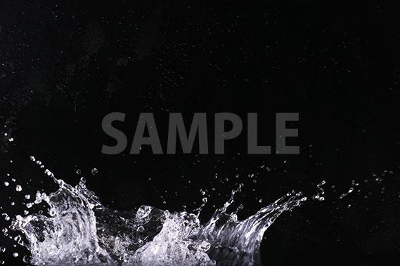 黒背景の水が飛び散る写真・フォト素材