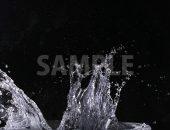 黒背景の水が跳ねる写真・フォト