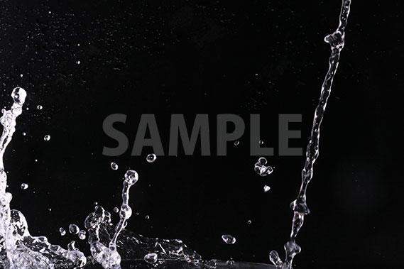 黒背景の水が弾ける写真・フォト