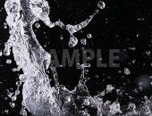 黒背景の水が踊る写真・フォト