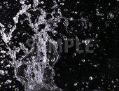 黒背景の水が散布する写真・フォト