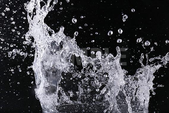 黒背景の水が飛散する写真・フォト