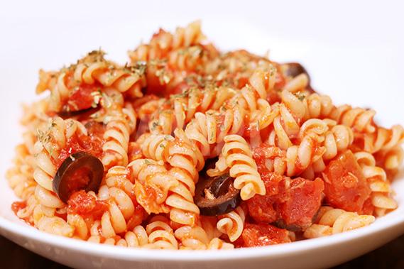 トマトベースのフジッリの写真・フォト