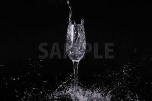 シャンパングラスの水が弾ける写真・フォト素材