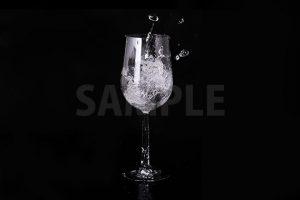 水が注がれるワイングラスの写真・フォト素材