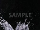 黒背景の水が跳ね返る写真・フォト