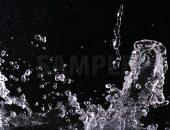 黒背景の水が躍動する写真・フォト