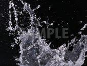黒背景の水がはじけ飛ぶ写真・フォト