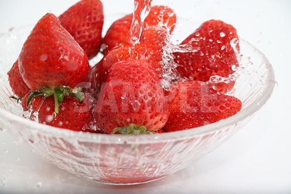 苺に水が飛散る写真・フォト