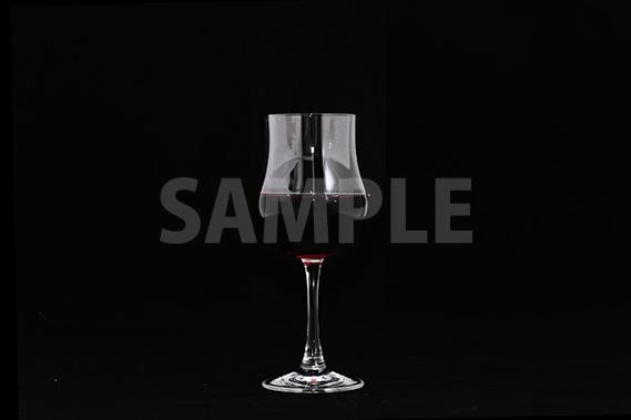 黒背景の赤ワインとグラスの写真・フォト