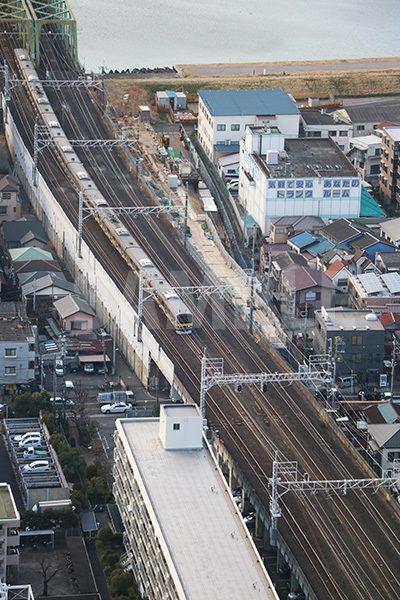 街並みと電車(総武線)を見下ろした写真・フォト素材