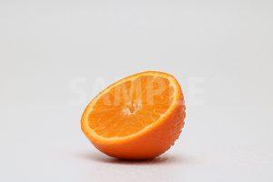 皮が濡れたカットオレンジの写真・フォト