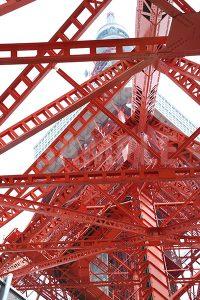 鉄骨越しに見上げる東京タワーの写真・フォト
