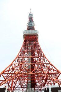 正面から見上げる東京タワーの写真・フォト