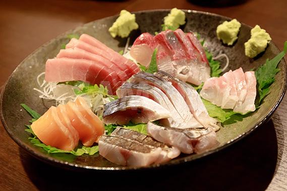 刺身の盛り合わせ(サーモン・マグロ・ハマチ・鯛・サワラの炙り・サバ)の写真・フォト素材