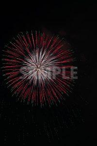 赤と緑の打ち上げ花火の写真・フォト素材
